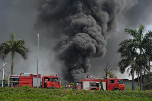 Đang cháy dữ dội tại kho hóa chất ở Long Biên, cột khói đen bốc cao hàng chục mét - Ảnh 3.