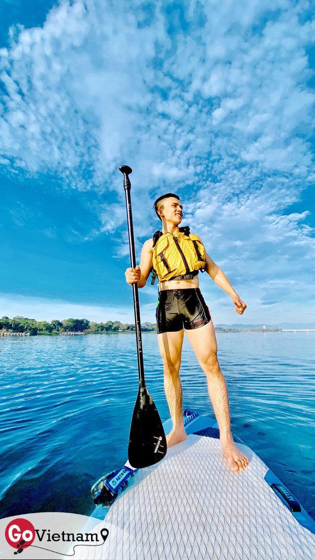 Lướt ván đứng trên dòng sông Hương: Một trải nghiệm khác biệt để cảm nhận nét sôi động của cố đô Huế - Ảnh 1.