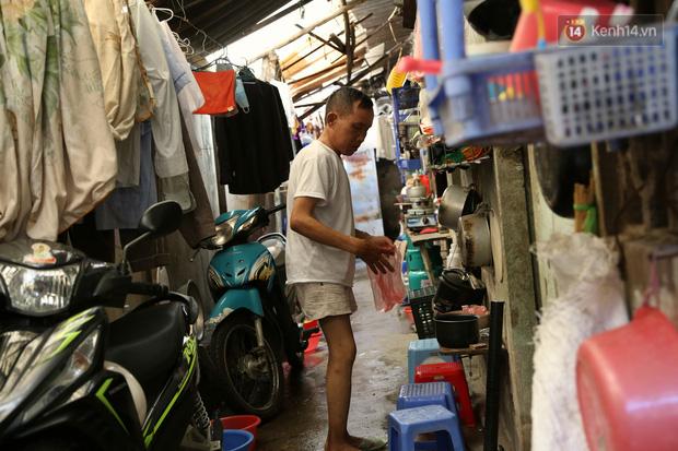 """Xóm chạy thận ở Hà Nội chật vật dưới cái nóng trên 50 độ: """"Khát không được uống nhiều nước, nằm xuống giường nóng như nằm dưới nền đường - Ảnh 1."""