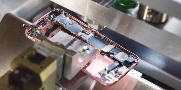 Apple thừa nhận thất bại: Công nhân Foxconn lắp ráp iPhone tốt hơn nhiều so với máy móc tự động - Ảnh 1.