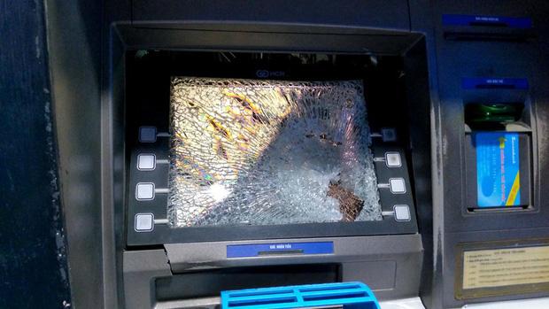 Bực tức vì bị máy ATM ở Sài Gòn nuốt thẻ, thanh niên dùng búa đập phá trụ - Ảnh 1.