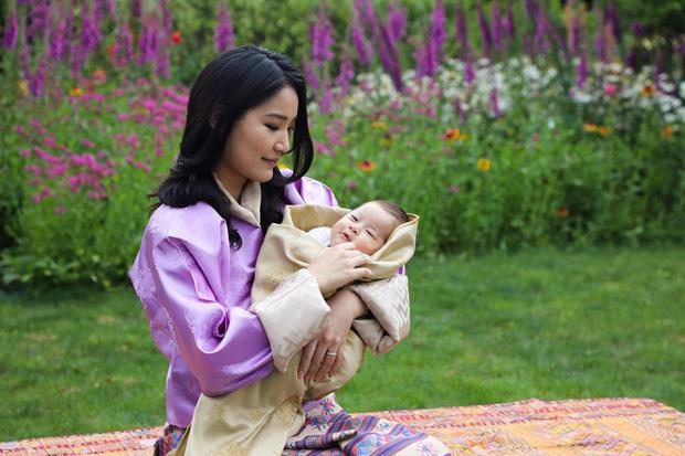 Vợ chồng Hoàng hậu vạn người mê Bhutan chính thức công bố tên con trai thứ 2 và loạt ảnh hiện tại của đứa trẻ khiến dân mạng xuýt xoa - Ảnh 6.