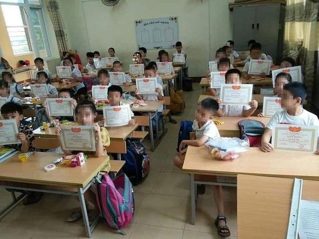 Hình ảnh gây tranh cãi nhất năm: Học sinh lạc lõng trong lớp vì không được giấy khen và tâm thư của một thầy giáo - Ảnh 1.