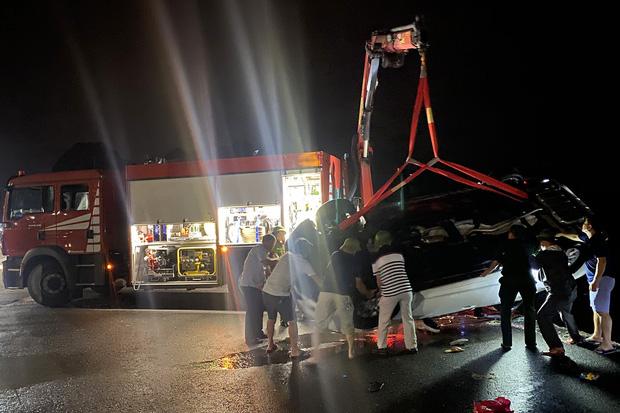 Vụ ô tô lao xuống biển ở Quảng Ninh: 3 nạn nhân đã tử vong, trong đó có 2 trẻ em - Ảnh 1.