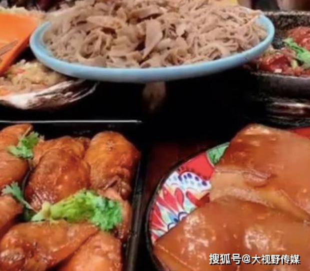 Ăn nhiều đồ dầu mỡ, mukbanger Trung Quốc tử vong sau 6 tháng theo nghề: Đồ ăn chiên rán là con dao tử thần!  - Ảnh 1.