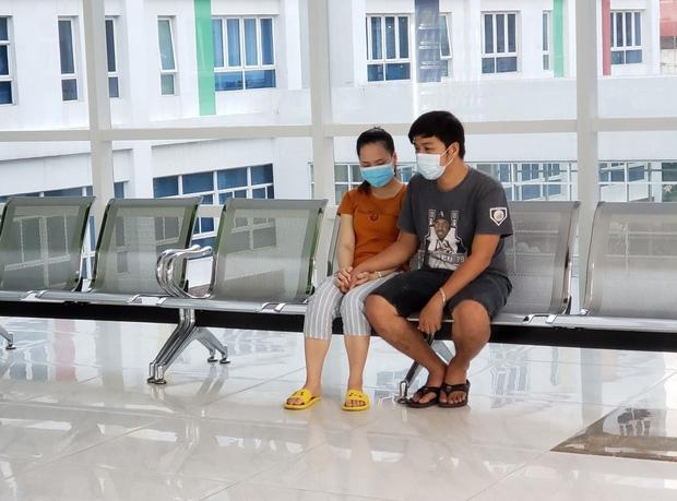 Tiến hành phẫu thuật tách dính 2 bé gái song sinh: Bố mẹ con đã khóc, mọi người đều mong các con được bình an - Ảnh 2.