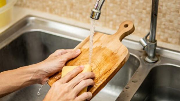 Đừng để chiếc thớt của gia đình trở thành nguyên nhân gây ung thư: Cách làm sạch và bảo quản đúng rất quan trọng! - Ảnh 1.