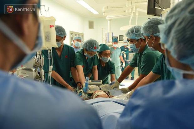 Ca phẫu thuật tách rời cặp song sinh đã thành công, đưa Trúc Nhi - Diệu Nhi ra khỏi phòng mổ - Ảnh 8.