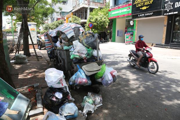 Hà Nội: Rác chất thành đống tràn ra khắp đường phố, nhiều người phải di tản vì phát ốm với mùi hôi thối - Ảnh 13.