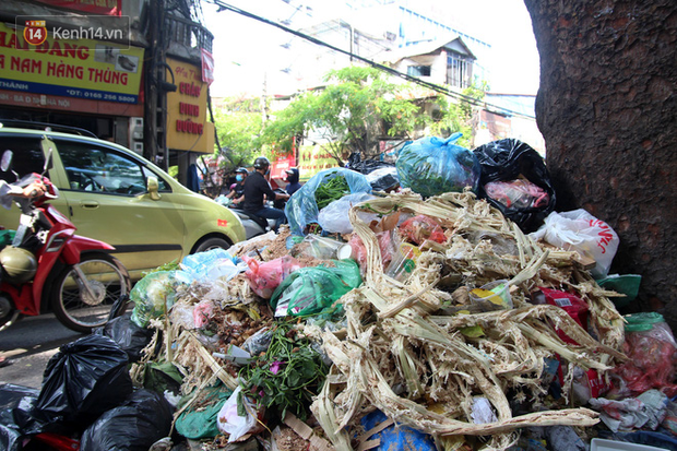 Hà Nội: Rác chất thành đống tràn ra khắp đường phố, nhiều người phải di tản vì phát ốm với mùi hôi thối - Ảnh 15.