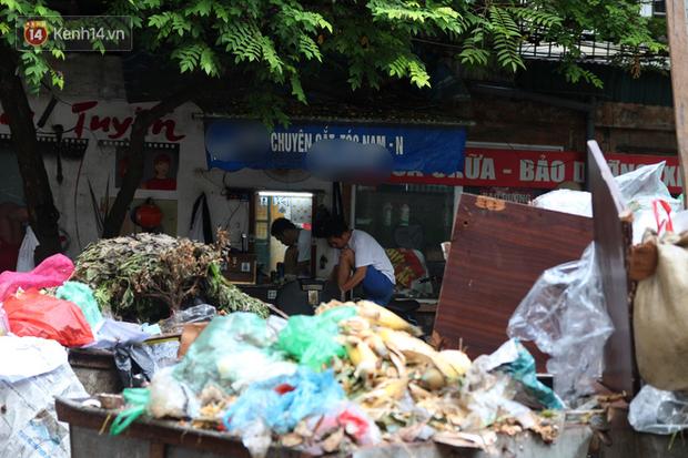 Hà Nội: Rác chất thành đống tràn ra khắp đường phố, nhiều người phải di tản vì phát ốm với mùi hôi thối - Ảnh 16.
