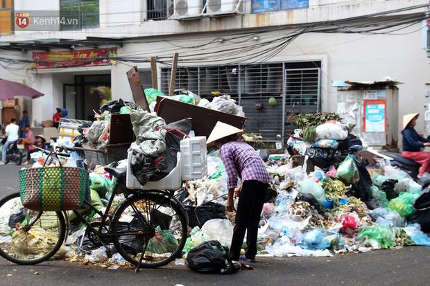 Hà Nội: Rác chất thành đống tràn ra khắp đường phố, nhiều người phải di tản vì phát ốm với mùi hôi thối - Ảnh 18.