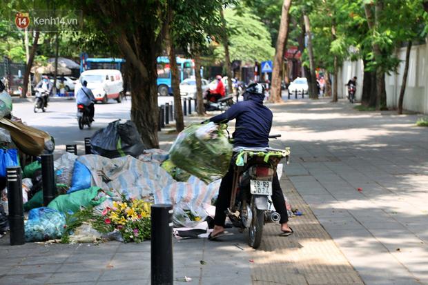 Hà Nội: Rác chất thành đống tràn ra khắp đường phố, nhiều người phải di tản vì phát ốm với mùi hôi thối - Ảnh 3.