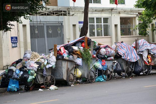 Hà Nội: Rác chất thành đống tràn ra khắp đường phố, nhiều người phải di tản vì phát ốm với mùi hôi thối - Ảnh 5.