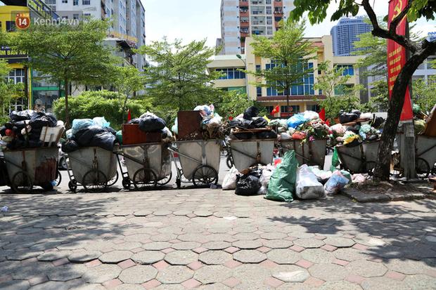 Hà Nội: Rác chất thành đống tràn ra khắp đường phố, nhiều người phải di tản vì phát ốm với mùi hôi thối - Ảnh 7.