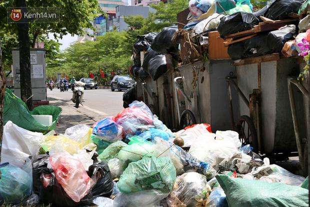 Hà Nội: Rác chất thành đống tràn ra khắp đường phố, nhiều người phải di tản vì phát ốm với mùi hôi thối - Ảnh 8.