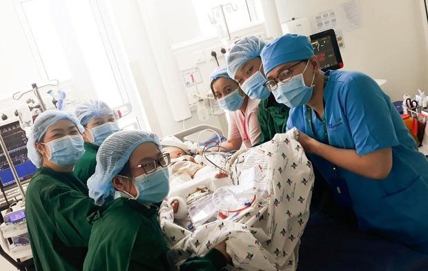 2 bé song sinh Diệu Nhi - Trúc Nhi đã bớt sốt, các bác sĩ tiến hành chuyển bé qua nệm chống loét, nhiễm trùng - Ảnh 1.