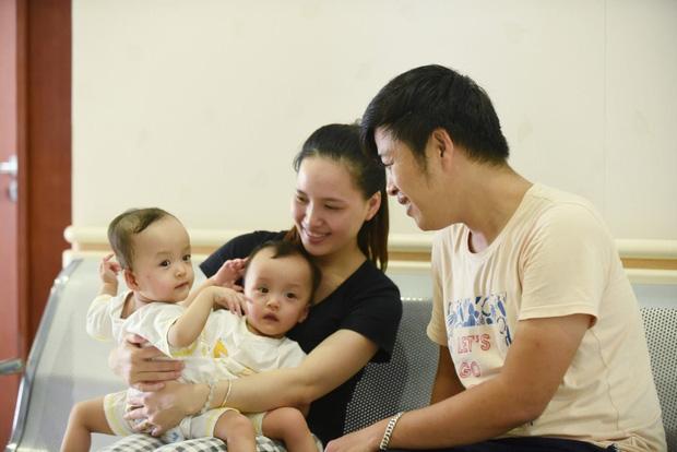 2 bé song sinh Diệu Nhi - Trúc Nhi đã bớt sốt, các bác sĩ tiến hành chuyển bé qua nệm chống loét, nhiễm trùng - Ảnh 3.