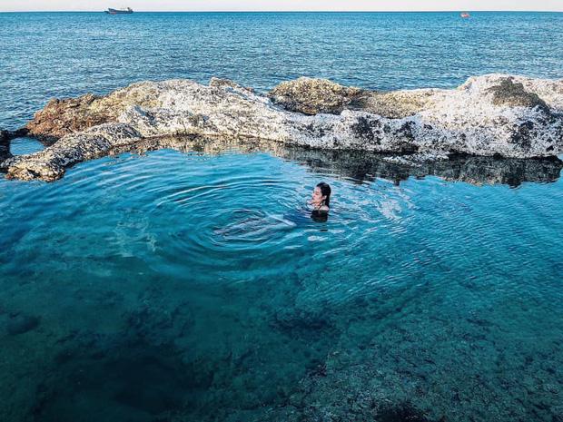 """Ngay tại Việt Nam cũng có 3 """"hồ bơi giữa biển"""" đẹp y hệt nước ngoài, hoang sơ đến nỗi rất hiếm du khách biết đến - Ảnh 18."""