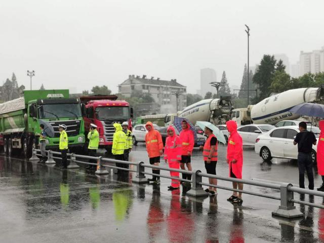 Mực nước lũ phá vỡ lịch sử, An Huy (TQ) lần đầu tiên dùng hàng chục xe tải lớn ép cầu - Ảnh 1.