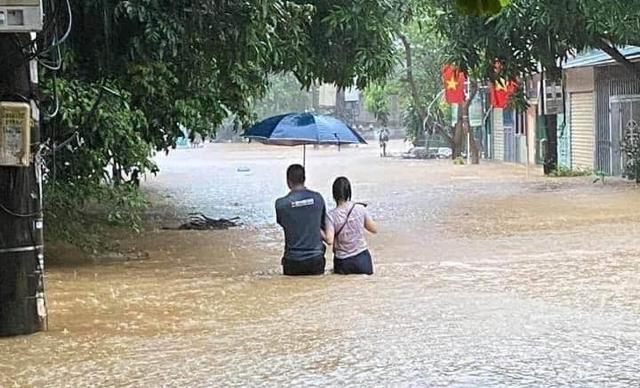 Nguyên nhân khiến nước ngập đến nóc ô tô ở thành phố Hà Giang - Ảnh 1.