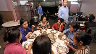 Cuộc sống bên trong căn nhà 100 phòng của cụ ông lấy 39 vợ: Đại gia đình ăn 30 con gà, 60kg khoai tây và 1 tạ gạo một buổi tối - Ảnh 9.