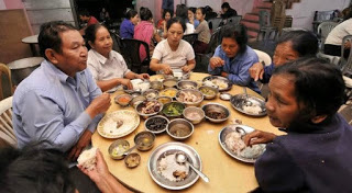 Cuộc sống bên trong căn nhà 100 phòng của cụ ông lấy 39 vợ: Đại gia đình ăn 30 con gà, 60kg khoai tây và 1 tạ gạo một buổi tối - Ảnh 10.