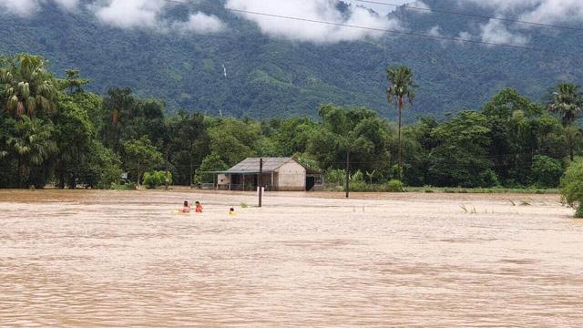 ẢNH: Các lực lượng chức năng Hà Giang tập trung khắc phục hậu quả mưa lũ - Ảnh 1.