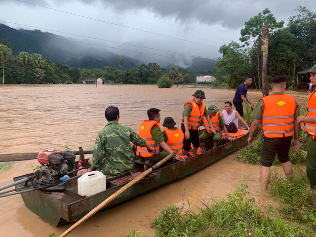 ẢNH: Các lực lượng chức năng Hà Giang tập trung khắc phục hậu quả mưa lũ - Ảnh 2.