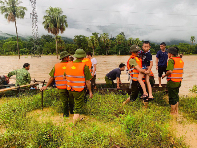 ẢNH: Các lực lượng chức năng Hà Giang tập trung khắc phục hậu quả mưa lũ - Ảnh 4.