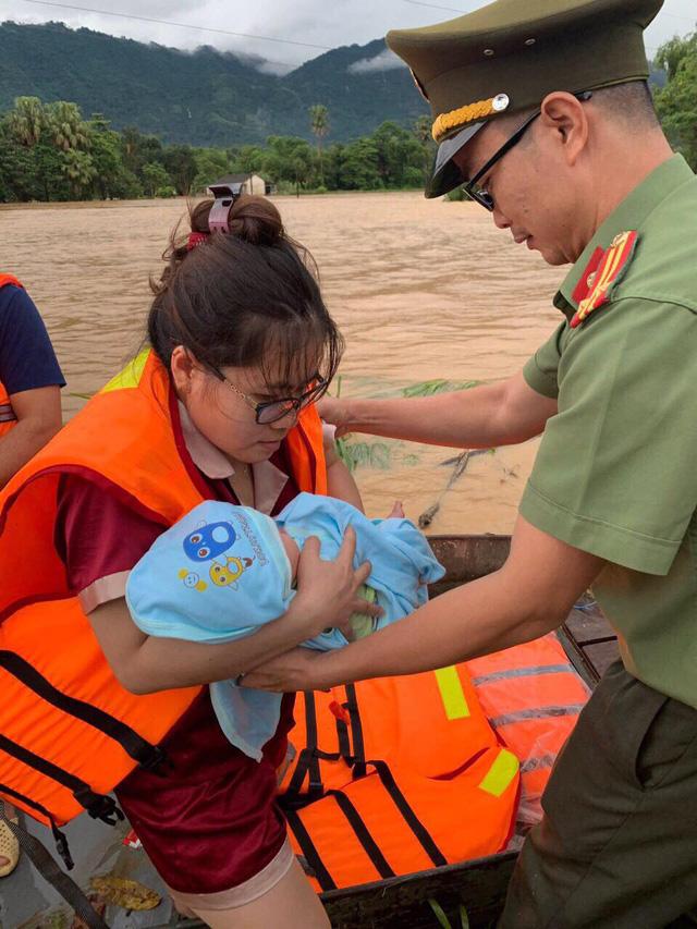 ẢNH: Các lực lượng chức năng Hà Giang tập trung khắc phục hậu quả mưa lũ - Ảnh 5.