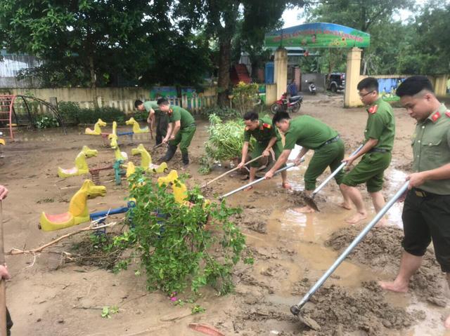 ẢNH: Các lực lượng chức năng Hà Giang tập trung khắc phục hậu quả mưa lũ - Ảnh 7.