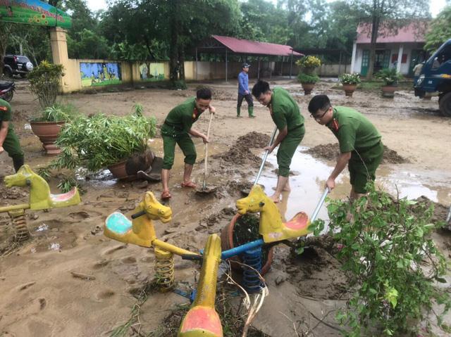 ẢNH: Các lực lượng chức năng Hà Giang tập trung khắc phục hậu quả mưa lũ - Ảnh 8.