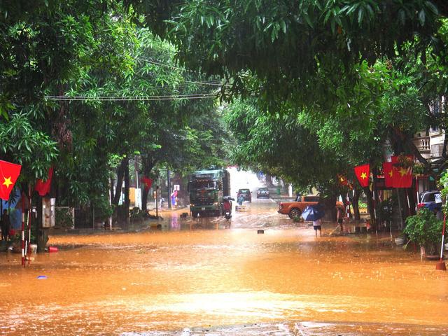 ẢNH: Các lực lượng chức năng Hà Giang tập trung khắc phục hậu quả mưa lũ - Ảnh 9.