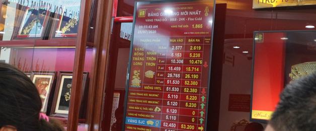Tiệm vàng tấp nập, khách xếp hàng dài chờ giao dịch trong ngày giá vàng lập kỷ lục 53,6 triệu đồng/lượng - Ảnh 8.