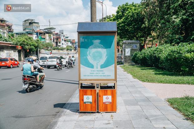 Thùng rác công nghệ với tấm pin mặt trời trên đường phố Hà Nội: Truyền cảm hứng bảo vệ môi trường đến người dân - Ảnh 1.