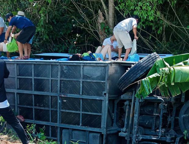 Tai nạn xe khách thảm khốc ở Quảng Bình: Các nạn nhân là cựu học sinh đi họp lớp, số người chết tăng lên 13 - Ảnh 4.