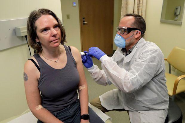 Vắc-xin COVID-19 triển vọng nhất của Mỹ thử nghiệm giai đoạn cuối trên 30.000 người, tất cả người được tiêm trong giai đoạn 1 đều miễn dịch - Ảnh 1.