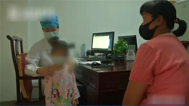 Bé gái mới 5 tuổi đã bị thoái hóa đốt sống cổ và không thể đi lại bình thường, nguyên nhân đến từ thói quen chiều chuộng con nhỏ mà nhiều bố mẹ mắc phải - Ảnh 1.