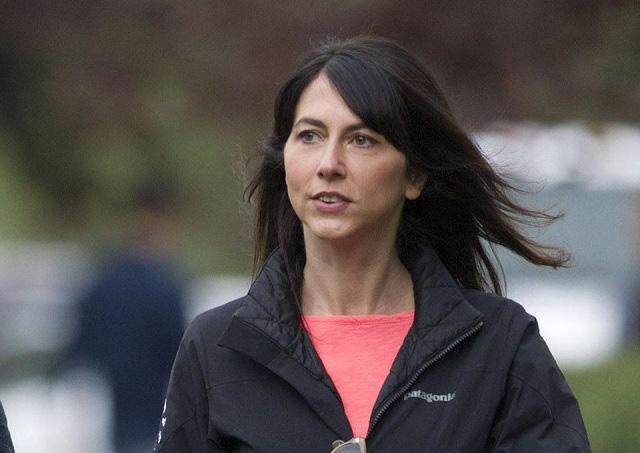 Vợ cũ của Jeff Bezos đổi tên sau ly hôn và chi gần 1,7 tỷ USD làm từ thiện - Ảnh 1.