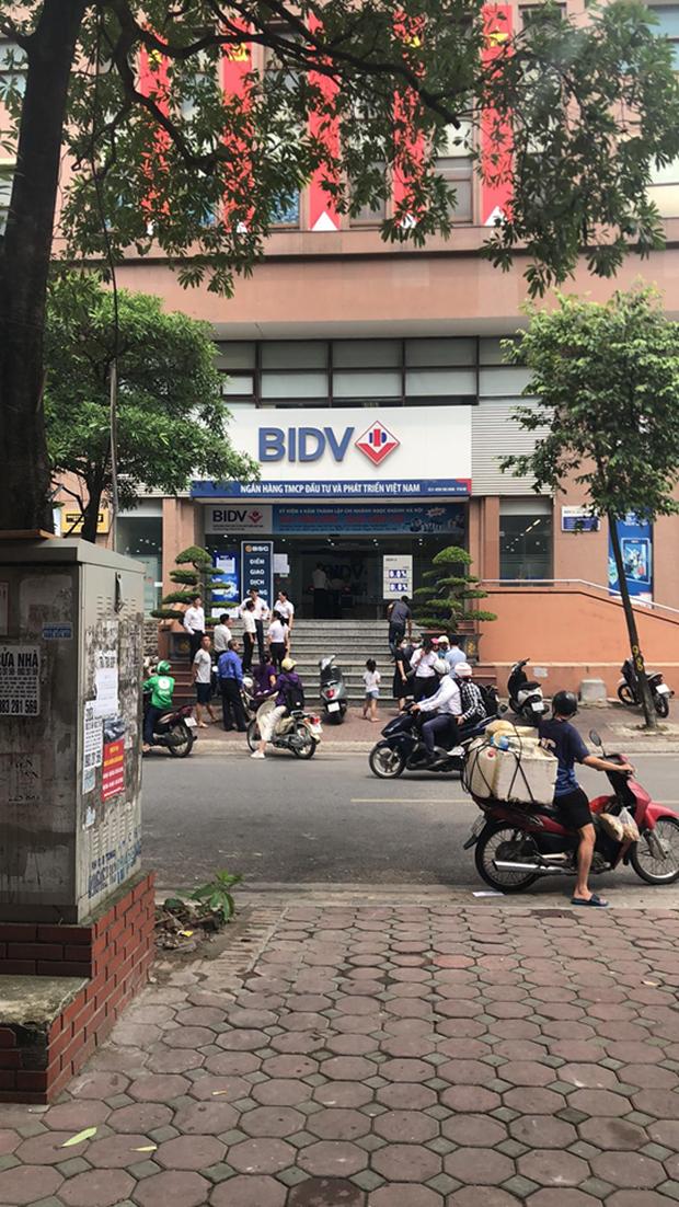 Chân dung 2 nghi phạm nổ súng, cướp gần 900 triệu đồng tại chi nhánh ngân hàng BIDV ở Hà Nội - Ảnh 2.
