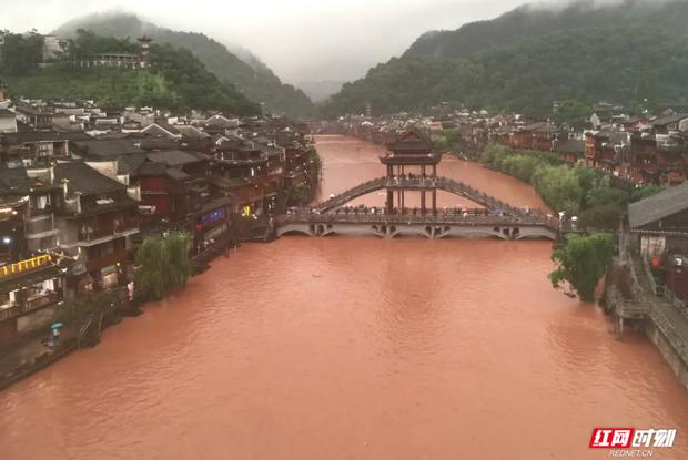 Nước lũ tuôn ào ạt như thác từ cửa sổ tầng 3 nhà dân trong trận lũ lụt nghiêm trọng nhất 2 thập kỷ ở Trung Quốc - Ảnh 1.