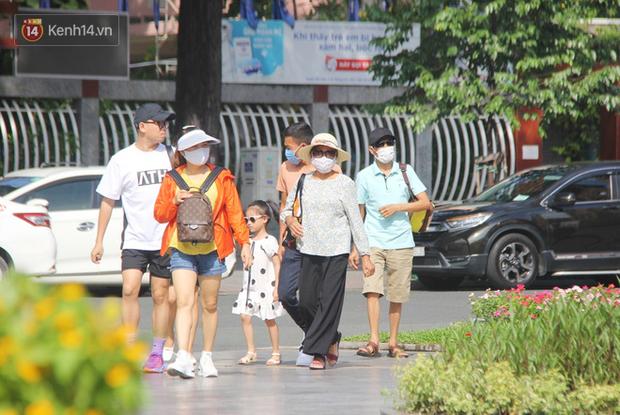Người Sài Gòn nhắc nhau đeo khẩu trang nơi công cộng, bình tĩnh khi có ca nhiễm mới: Có chung tay thì mới đẩy lùi được dịch bệnh - Ảnh 1.