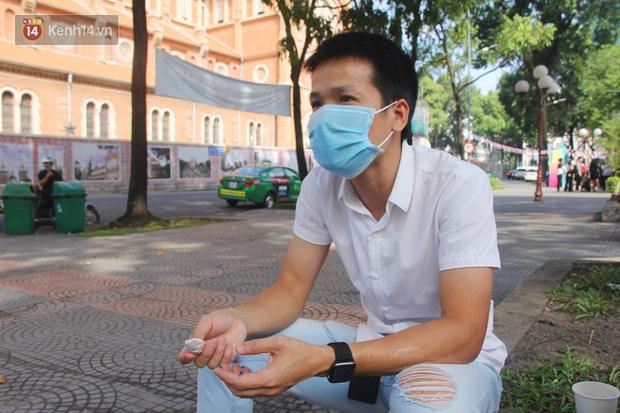 Người Sài Gòn nhắc nhau đeo khẩu trang nơi công cộng, bình tĩnh khi có ca nhiễm mới: Có chung tay thì mới đẩy lùi được dịch bệnh - Ảnh 12.