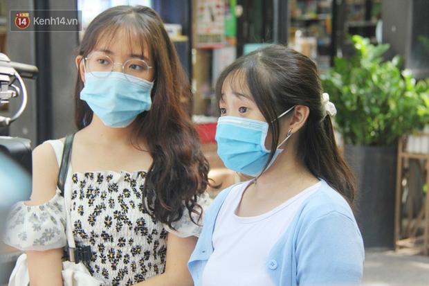 Người Sài Gòn nhắc nhau đeo khẩu trang nơi công cộng, bình tĩnh khi có ca nhiễm mới: Có chung tay thì mới đẩy lùi được dịch bệnh - Ảnh 17.