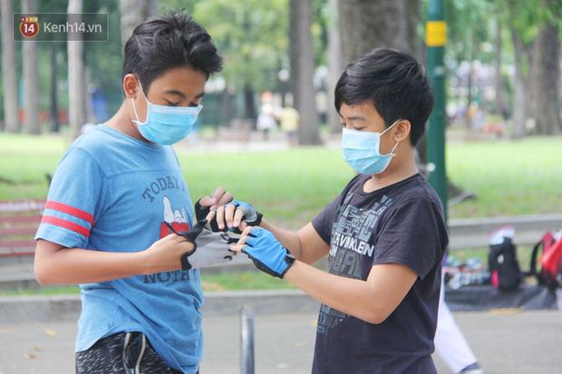 Người Sài Gòn nhắc nhau đeo khẩu trang nơi công cộng, bình tĩnh khi có ca nhiễm mới: Có chung tay thì mới đẩy lùi được dịch bệnh - Ảnh 18.