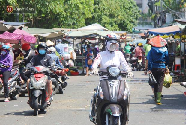 Người Sài Gòn nhắc nhau đeo khẩu trang nơi công cộng, bình tĩnh khi có ca nhiễm mới: Có chung tay thì mới đẩy lùi được dịch bệnh - Ảnh 7.