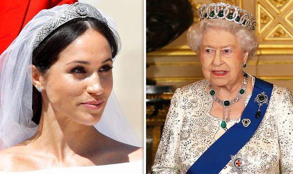 Sách mới về nhà Sussex tiết lộ sự thật đằng sau tranh cãi giữa Meghan với Nữ hoàng về chiếc vương miện không được phép dùng trong hôn lễ hoàng gia - Ảnh 1.