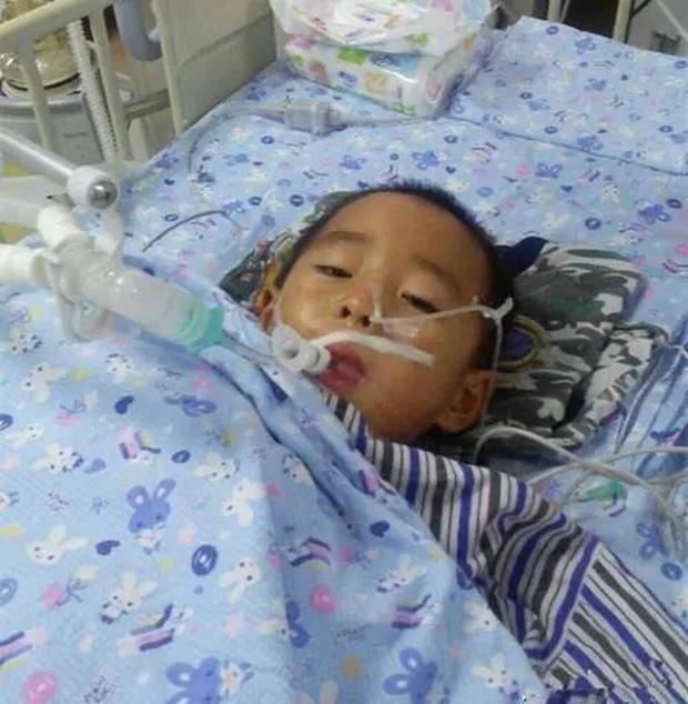 Mới 10 tuổi một cậu bé đã mắc ung thư dạ dày, nguyên nhân đến từ thói quen mớm cơm của gia đình - Ảnh 1.