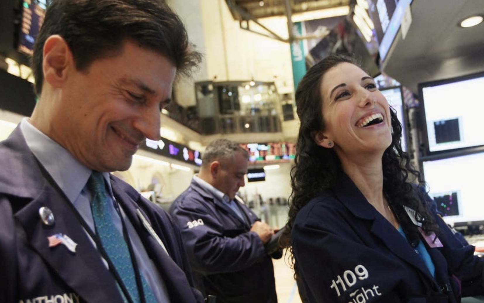 Dow Jones tăng hơn 400 điểm, cổ phiếu công nghệ bứt phá, Amazon và Netflix chạm mức cao kỷ lục